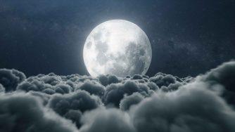 Una splendente luna sopra le nuvole