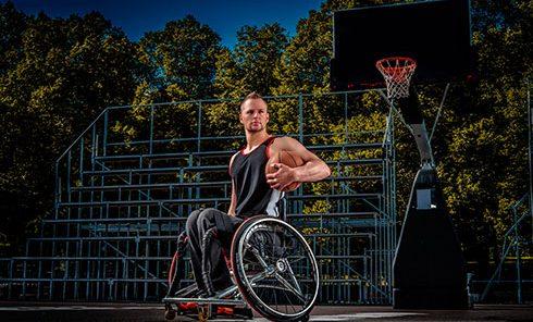 giocatore di basket in carrozzella