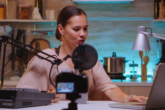 Donna che parla al microfono