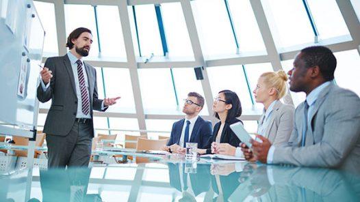 Uomo che parla in riunione